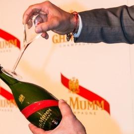 シャンパンをサーベルで開封する<span class=